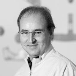Dottor Paolo Ersetti primo piano nel suo studio
