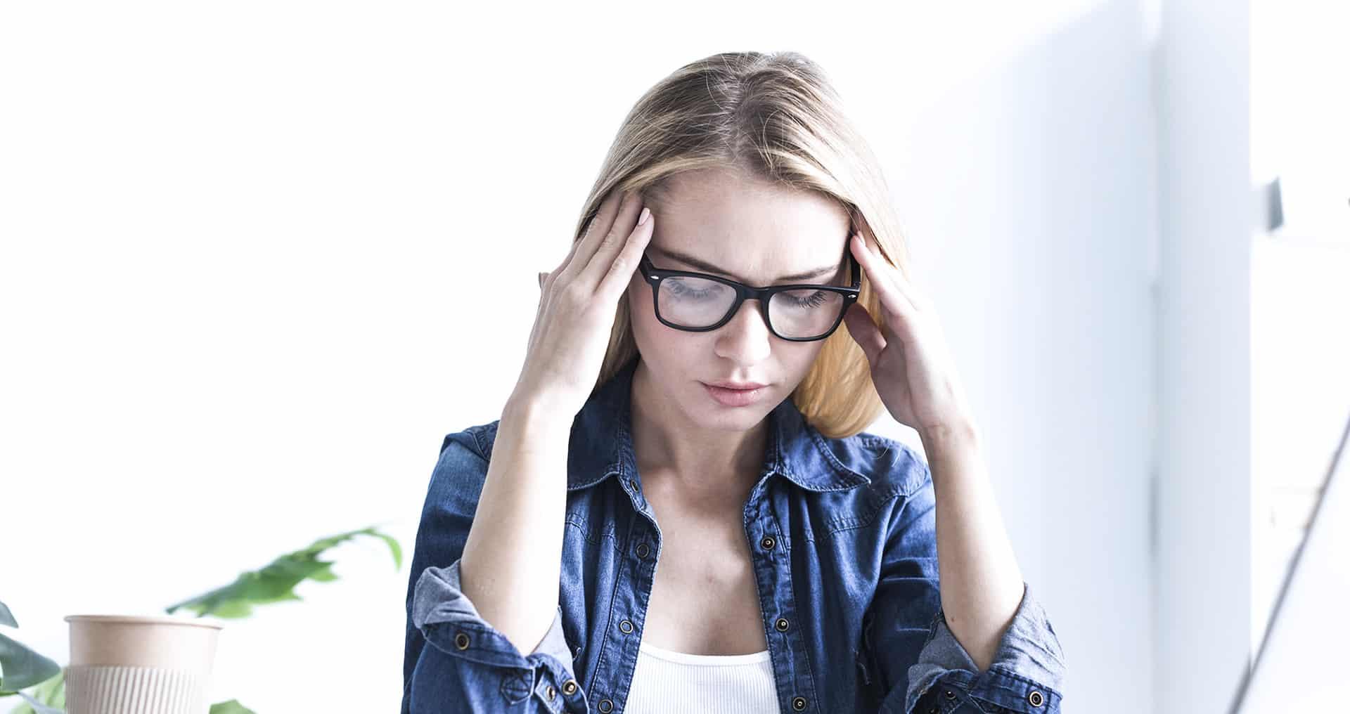 Donna con mal di testa forte alle tempie
