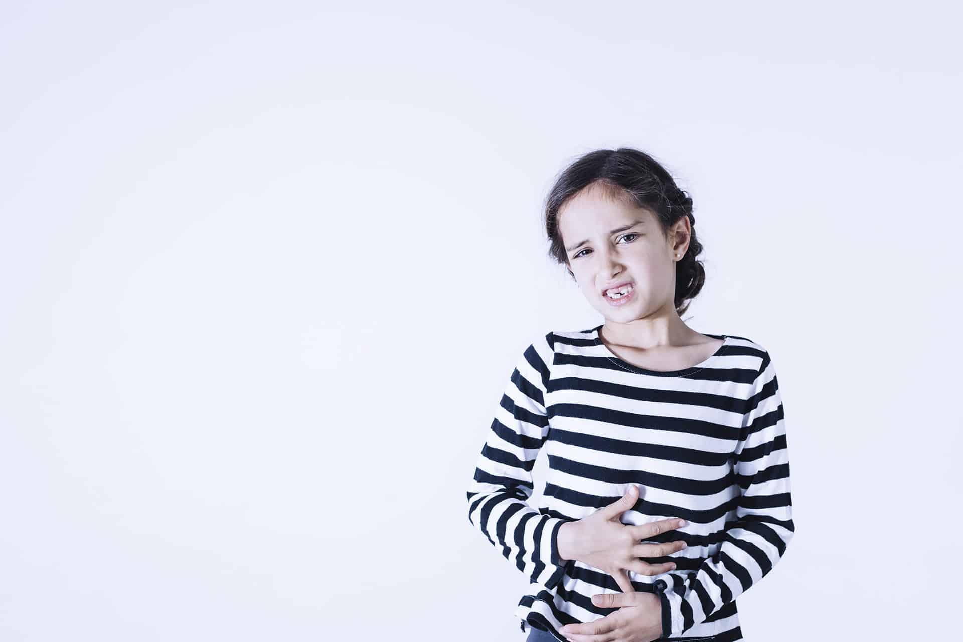 Bambina con dolore allo stomaco e mal di pancia